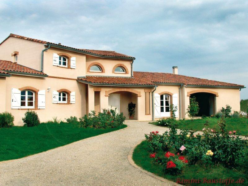 große mediterrane Villa mit heller Putzfassade und sehr schöner südländischer Architektur