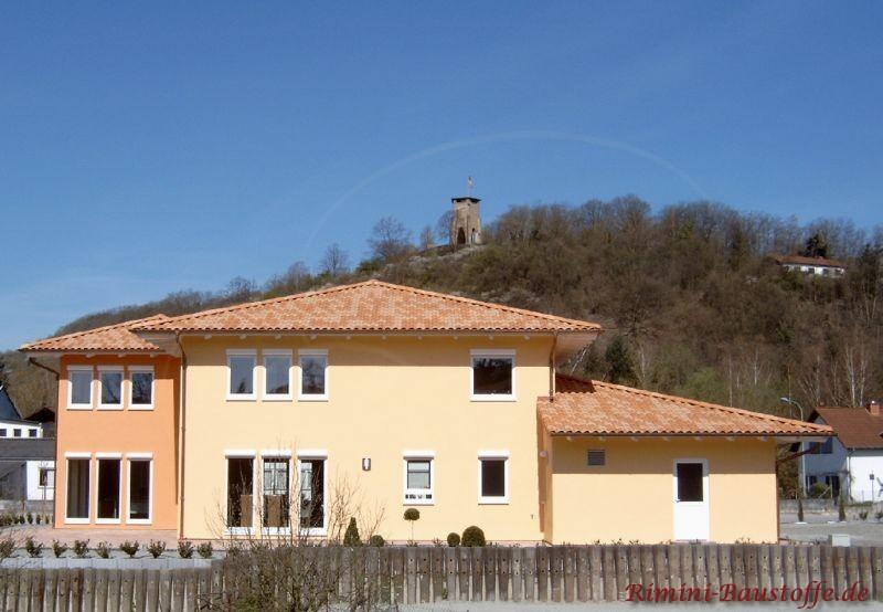 große mediterrane Villa, sehr südländische Architektur und schöne passende Dachziegel