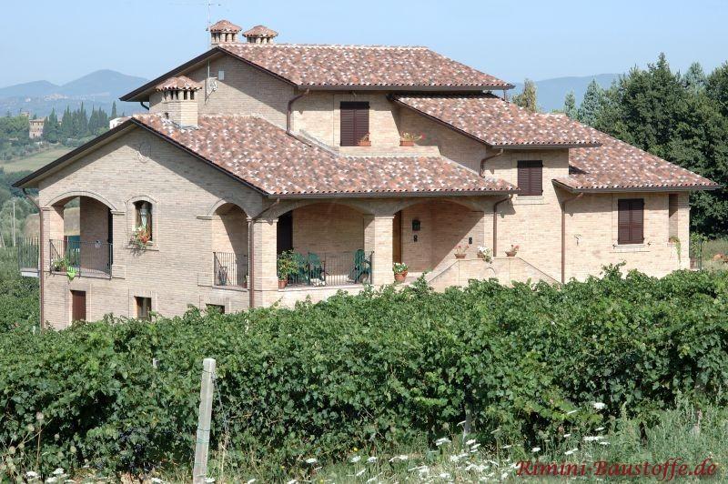 schöne südländische Villa mit runden Pfeilern an der überdachten Terrasse
