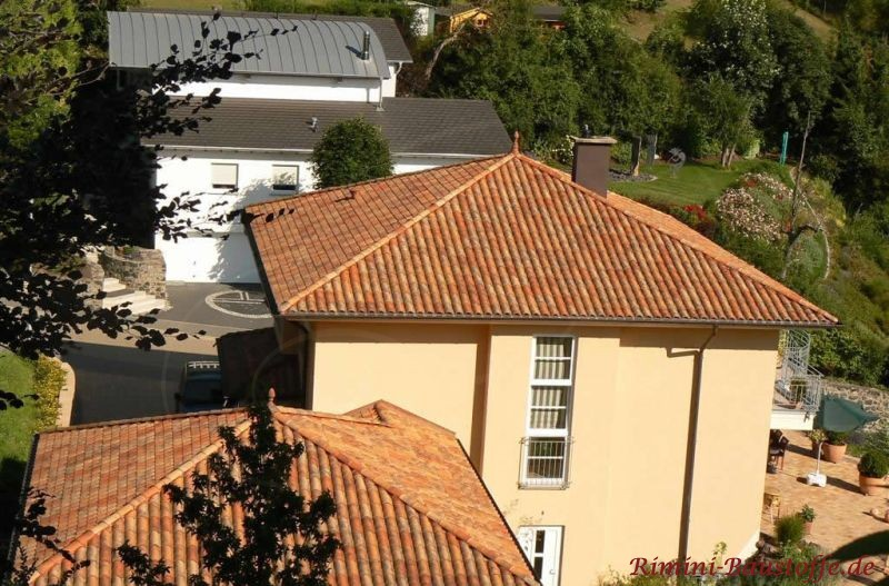 mediterrane Villa aus der Vogelperspektive, sehr schön zu sehen die changierenden Dachziegel