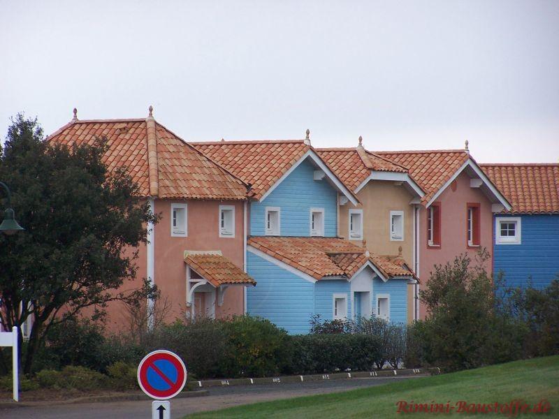 englische Bauweise mit blauer Fassade und sehr schönen mediterranen Dachziegeln