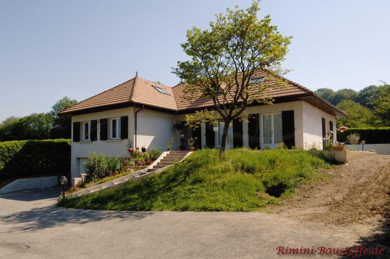 schöne Villa zweistöckig an einem Hügel gebaut