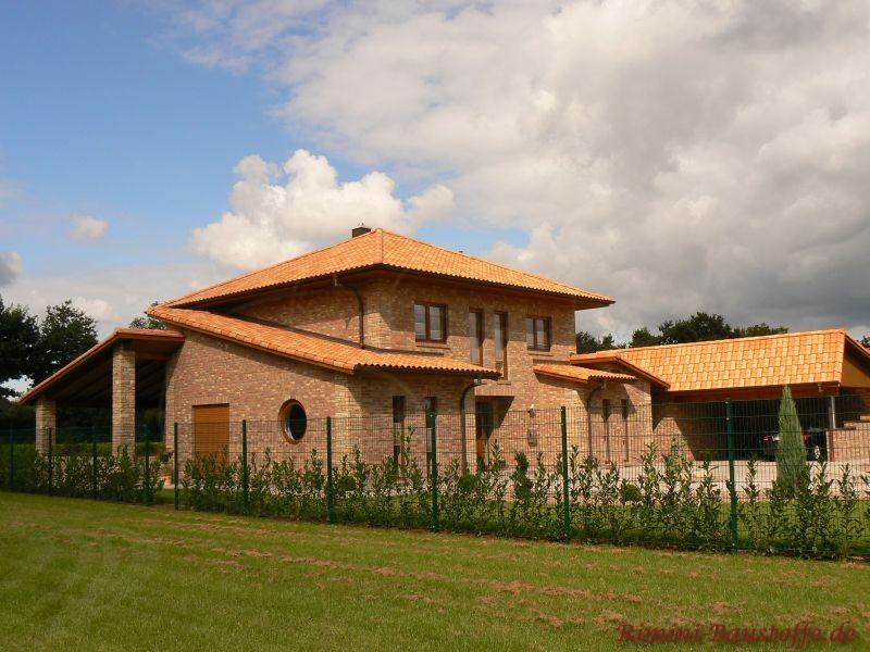 norddeutsche Bauweise mit Klinker und einem sehr schönen passenden mediterranen Dach