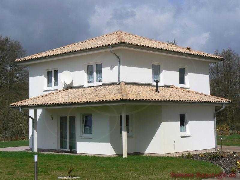 schönes Einfamilienhaus mit überdachter Terrasse und sehr schönem beige-braunfarbenem Ziegel