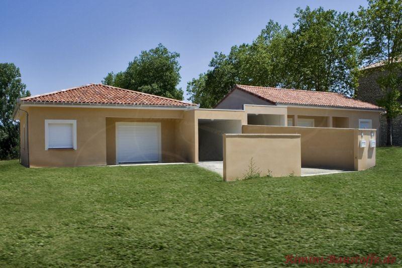 Bungalo mit heller Putzfassade, weißen Fenstern und schönem Zeltdach