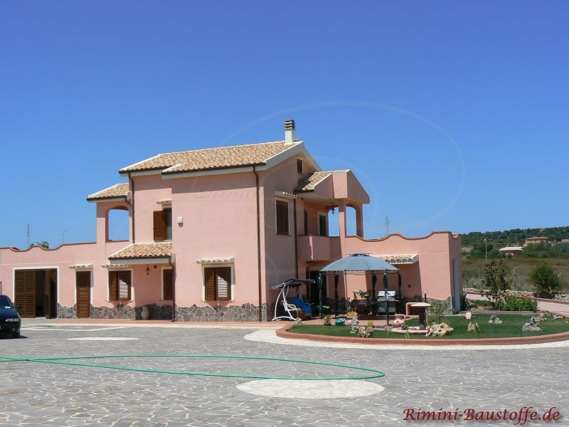 mediterrane Bauweise mit sehr eckigem Grundriss und einem hohen Hauptgebäude