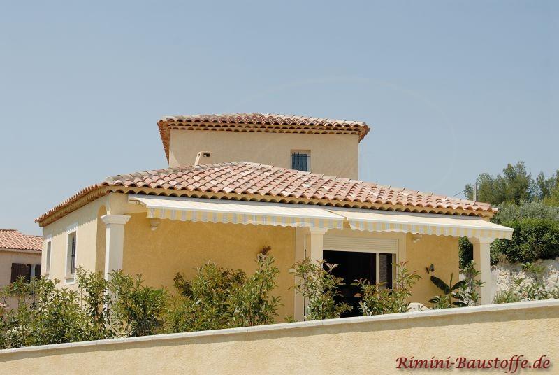 schönes mediterranes Wohnhaus mit quadratischer Architektur und einem Turm