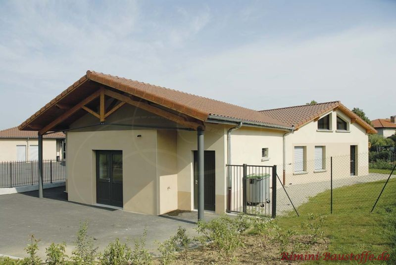 großes Gebäude mit heller Putzfassade und schönen Holzbalken