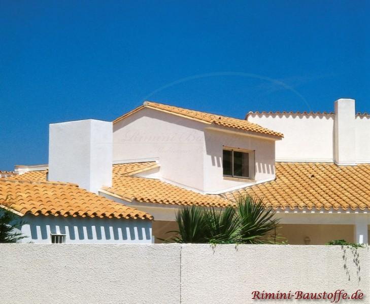 Stadtvilla im Süden, typische mediterrane Bauweise und schöne helle Putzfassade mit rötlichem Dach