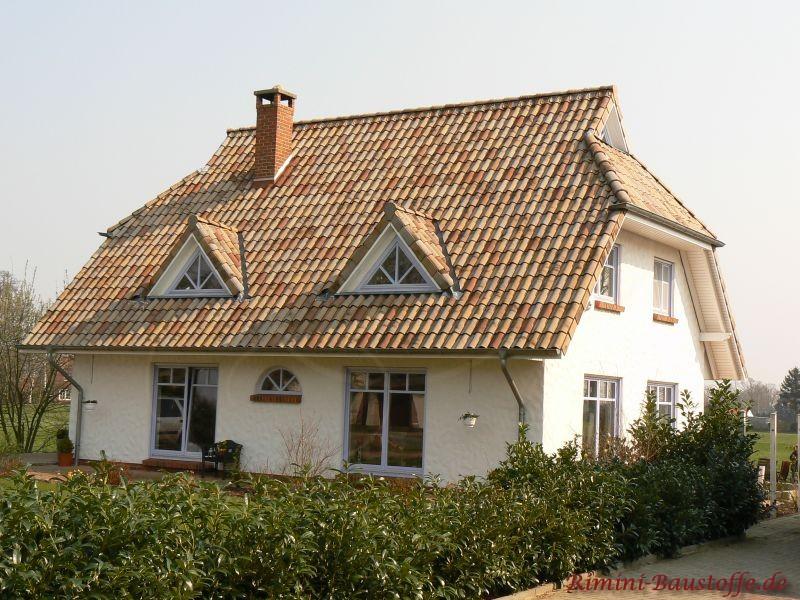 sehr schönes weißes Putzhaus mit einem sehr schönen Sandfarbenen Dach und zwei Dachgauben