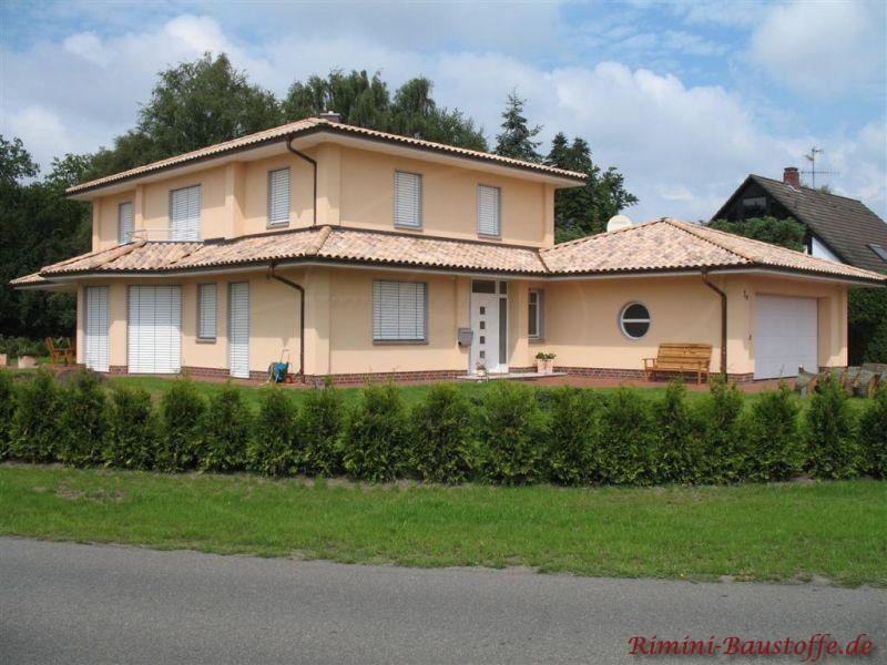Wohnhaus im südländischen Stil mit Dachkranz und schönem Zeltdach