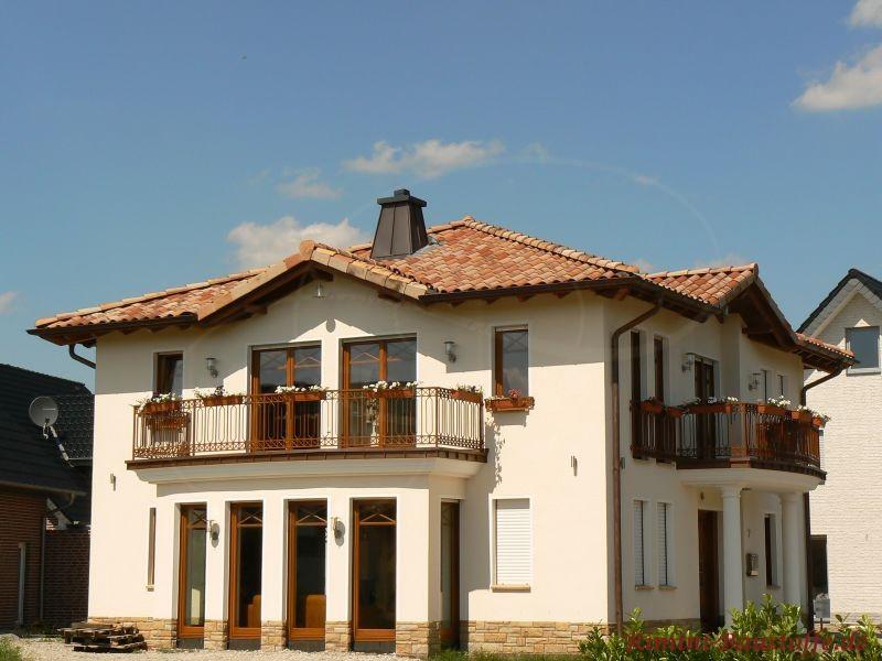 sehr schönes Einfamilienhaus mit großer überdachter Terrase von Pfeilern eingefasst und zwei großen Balkonen