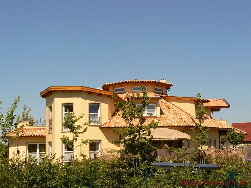 große mediterrane Villa mit schöner verschachtelter Architektur und mehreren kleineren Dachflächen