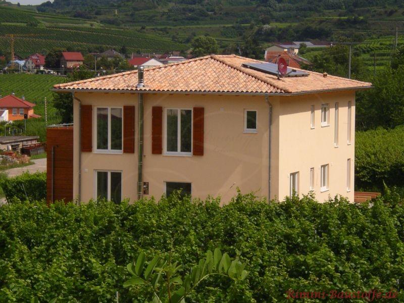 typisch mediterran - quadratischer Grundriss mit schönem Zeltdach mit geringer Dachneigung