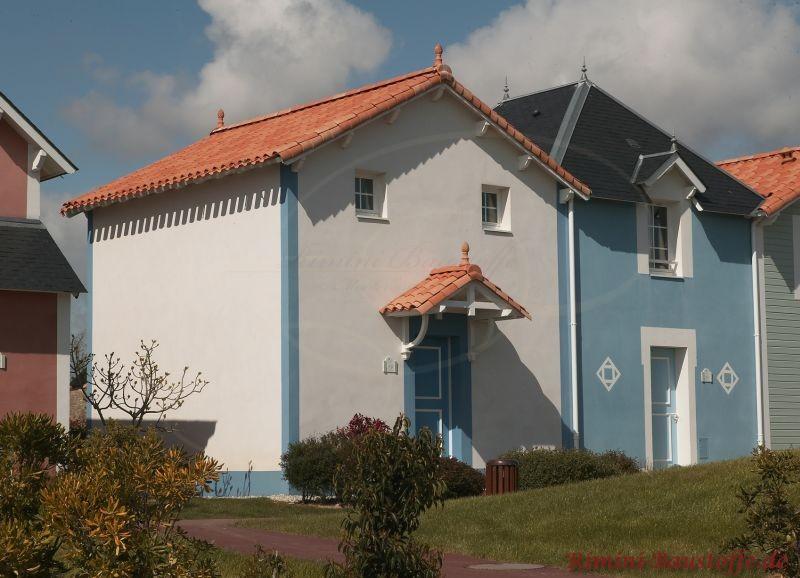 englische Architektur- kleines hohes Reihenhaus mit hellblauer Putzfassade und schönem im Kontrast stehendem Dach