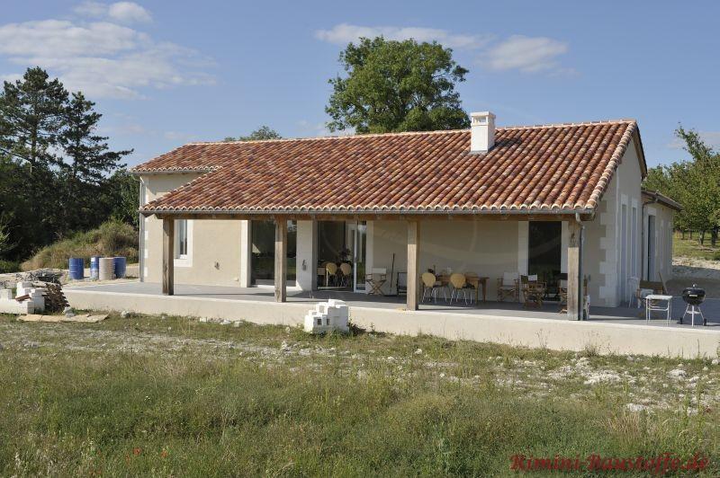 sehr schönes längliches Haus mit großem Satteldach in einer schönen Herbstlaubfarbe