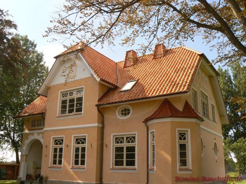 Stadtvilla mit südländischem Flair durch die hohe Eingangsfassade und ein schönes rötliches Dach zur hellen Putzfassade und wei&am