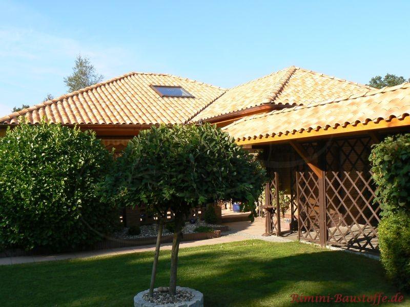 norddeutscher Klinkerbau mit sehr schönen strahlenden hellen Dachziegeln auf einem Walmdach