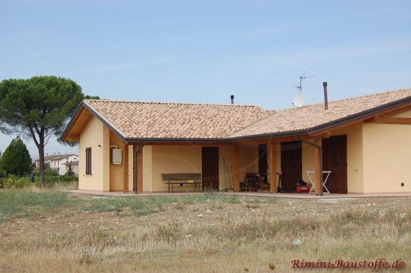 schönes Wohnhaus mit einem Hauch von südländischem Flair durch die hellgelbe Putzfassade und das schöne mehrfarbige Dach