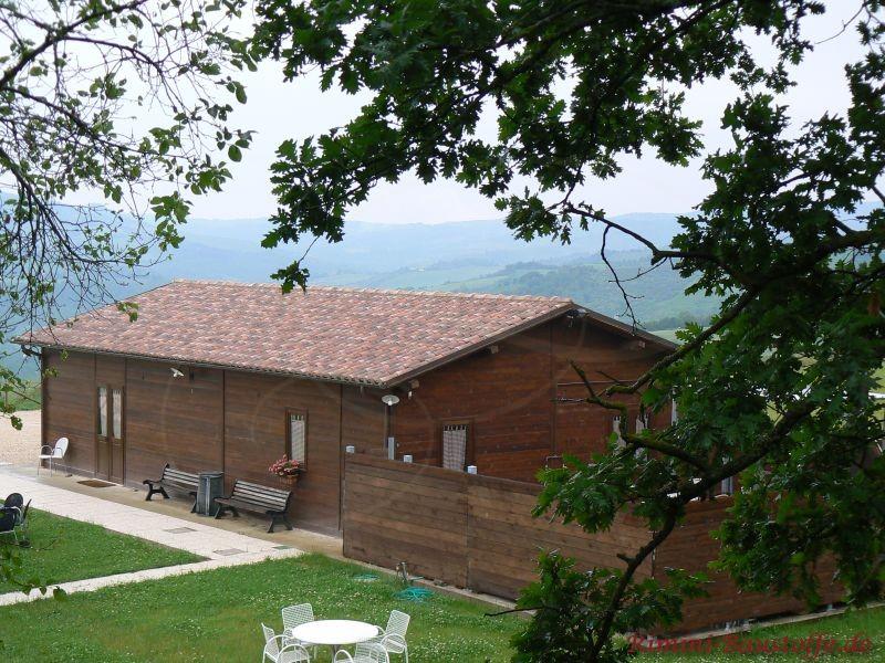 dunkles Holzhaus mit einem sehr schönen großen satteldach mit schönen passenden südländischen Ziegeln