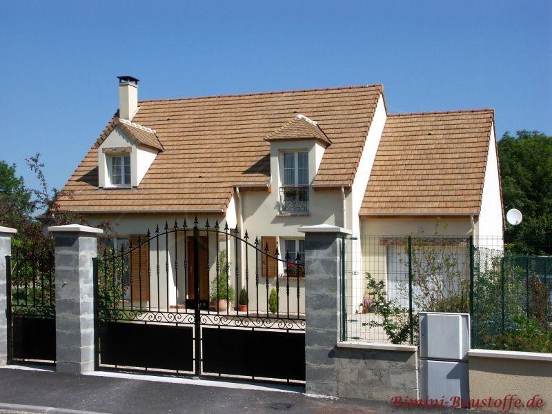 schönes freundliches Einfamilienhaus mit weißer Putfassade und sehr schönem Satteldach gedeckt mit mediterranen Ziegeln