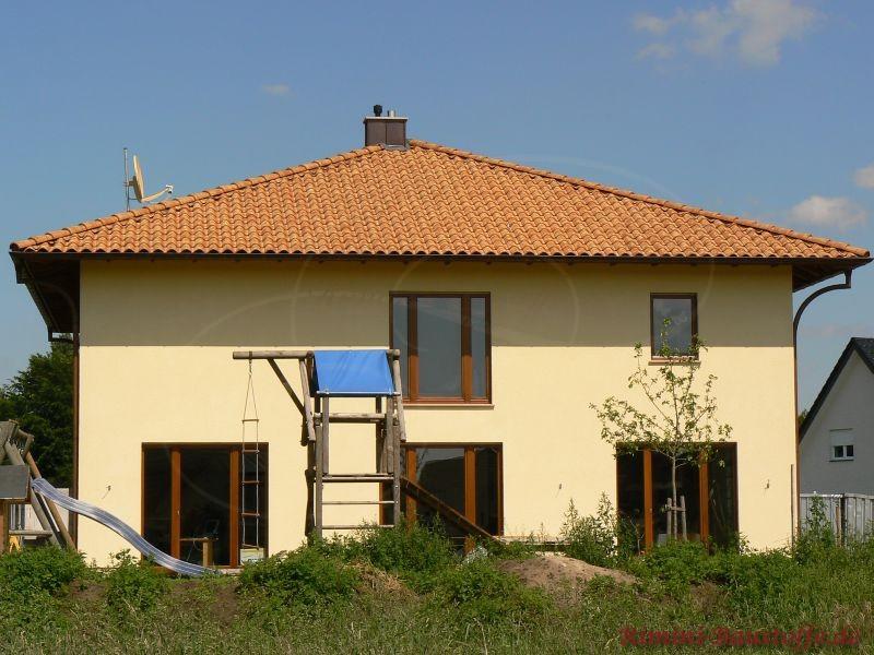 schönes gemütliches Einfamilienhaus im mediterranen Baustil mit dunklen Holzfenstern und einem sehr schönen Zeltdach