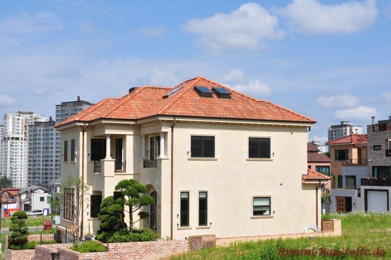 zweistöckiges Wohnhaus mit hoher Fassade und verhältnismäßig kleiner Dachfläche