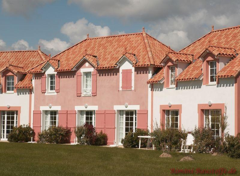 großes Reihenhaus mit verschiedenen Fassadenfarben und einem schönen passenden einheitlichen Dach