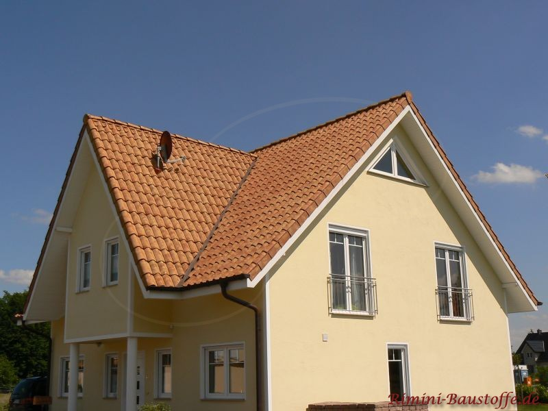 schönes Wohnhaus mit Satteldach und anschließendem Satteldach im Eingangbereich