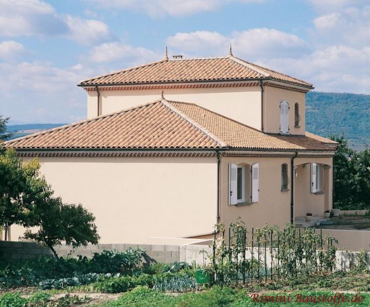 typischer südländischer Baustil mit quadratischem Grundriss und schönem passenden Walmdächern