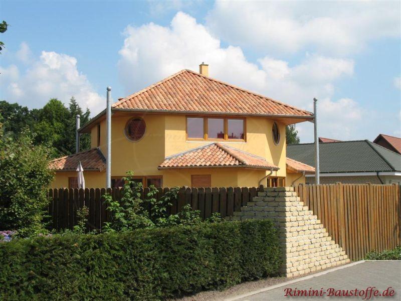 schönes Wohnhaus mit heller gelber Fassade und sehr schön abgestimmtem Dach in verschiedenen Rottönen