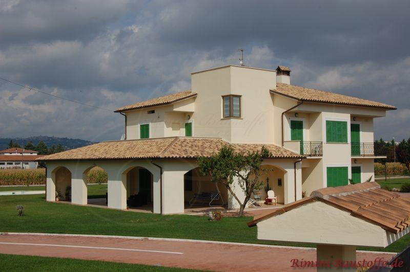 schönes Wohnhaus im Süden mit schöner großer überdachter Terrasse und grünen Fensterläden