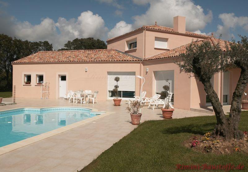 Ferienhaus im südländischen Stil mit Pool und schönem großen Garten