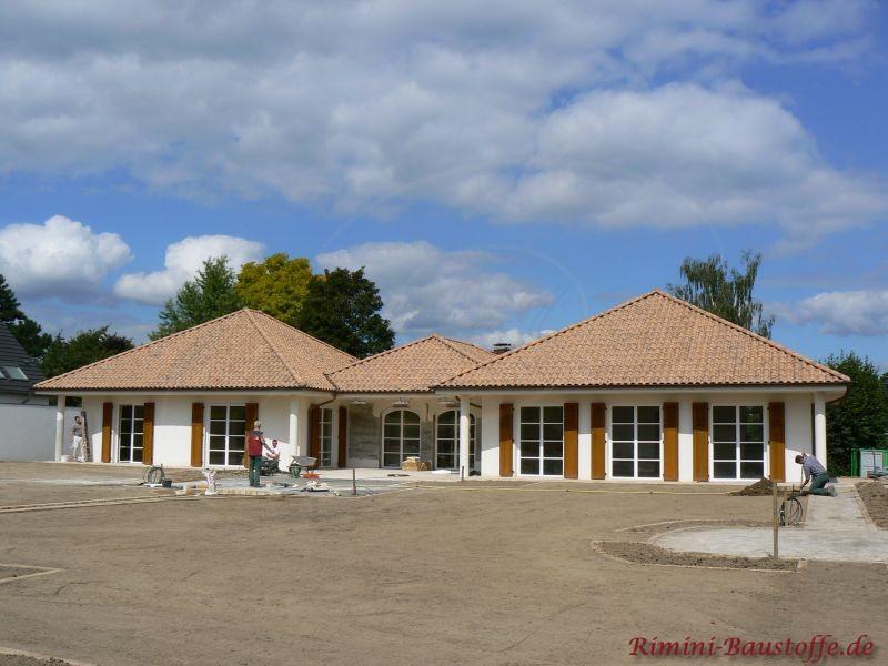 sehr schönes Wohnhaus im südländischen Stil mit 3 Zeltdächern in schönen Brauntönen