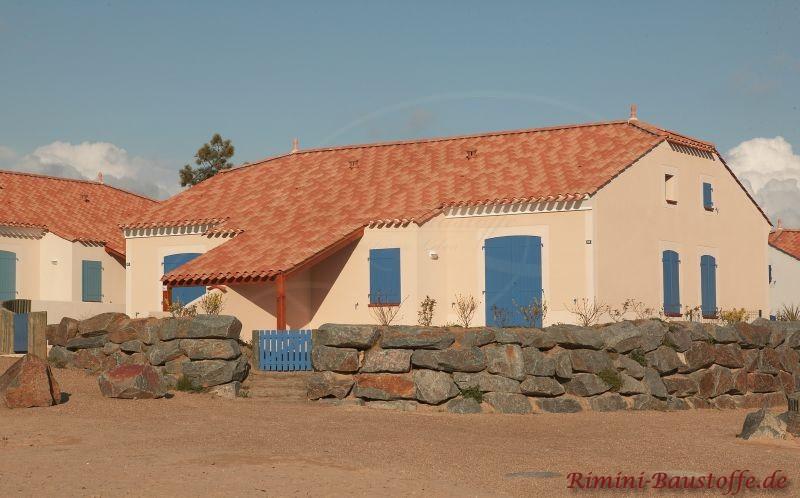 schönes kleines Wohnhaus im Süden mit blauen Fensterläden und einer sehr schönen roten Dachfläche