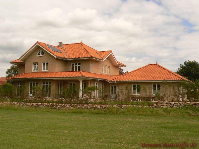 schöne große mediterrane Villa mit Klinkerfassade und einem sehr schönen Dach in Rottönen