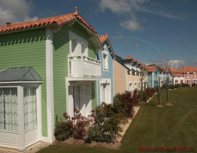 sehr schöne Reihenhäuser mit vielen verschiedenen Pastelfarbenen Fassade und einer einheitlichen Dachfläche mit mediterranen Ziegeln