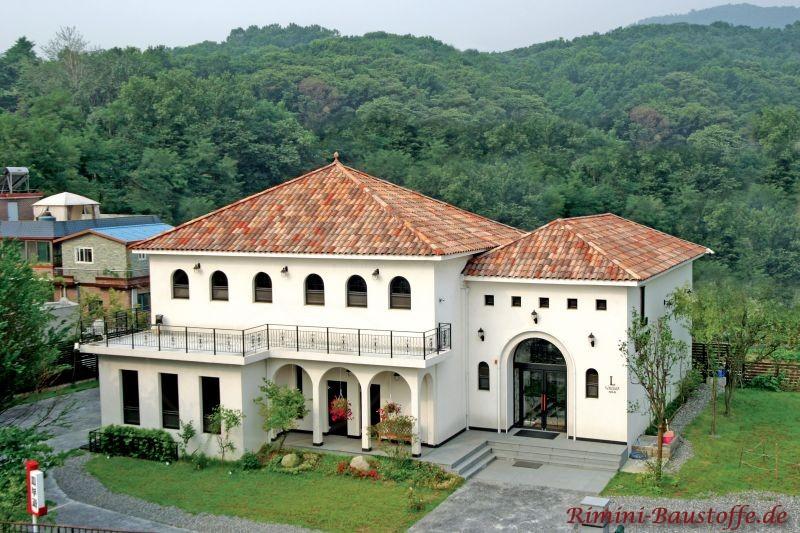 sehr schönes südländisches Gebäude mit traditioneller Archtektur, abgerundeten Fenstern und einem sehr schönen Zeltdach