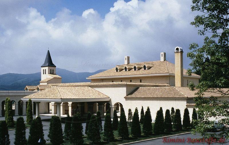 großes Anwesen mit weißer Putzfassade und sehr schönen sandfarbenen Dachflächen