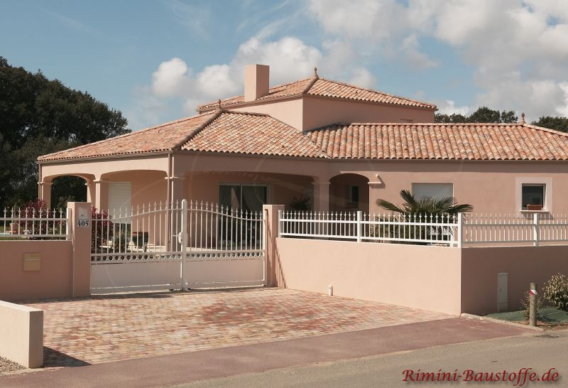 sehr schön abgestimmtes Gesamtbild mit heller Putzfassade und farblich passendem Dach