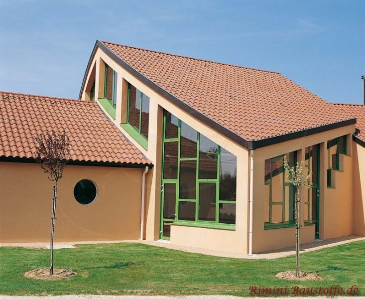 Architektenhaus mit ausgepfeilter Achitektur und einem mit mediterranen Ziegeln gedecktem Dach