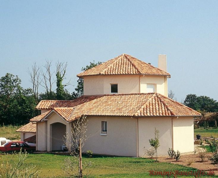 schönes kleines Wohnhaus im mediterranen Stil mit heller Putzfassade und passenden changierenden Dachziegeln in Rottönen