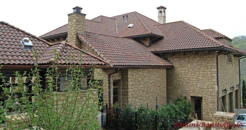 auffallende Architektur eines mediterranen Hauses mit einer Aussenfassade in Natursteinoptik