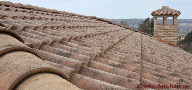 Seitenansicht auf ein mediterran gedecktes Dach