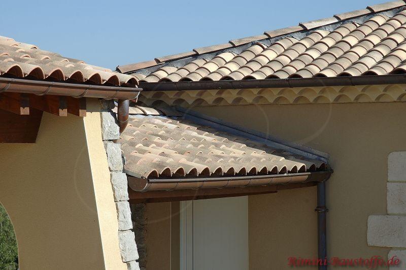 Nahaufnahme eines braun beigen mediterranen Daches