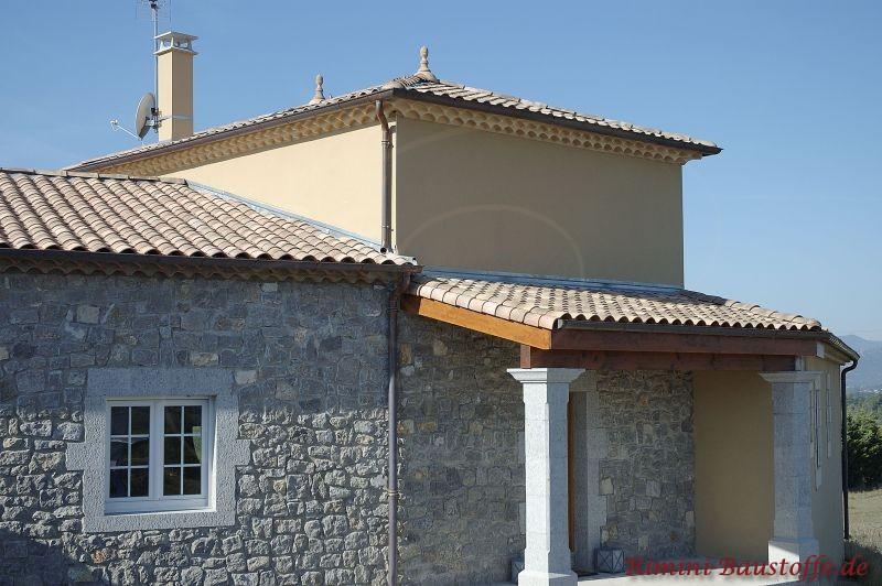 Außenfassade in grauer Steinoptik mit Pfeilern  und braunem schönen Dach