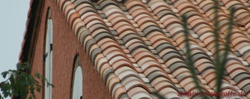 Nahaufnahme eines Ortgangs mit mediterranen Dachziegeln