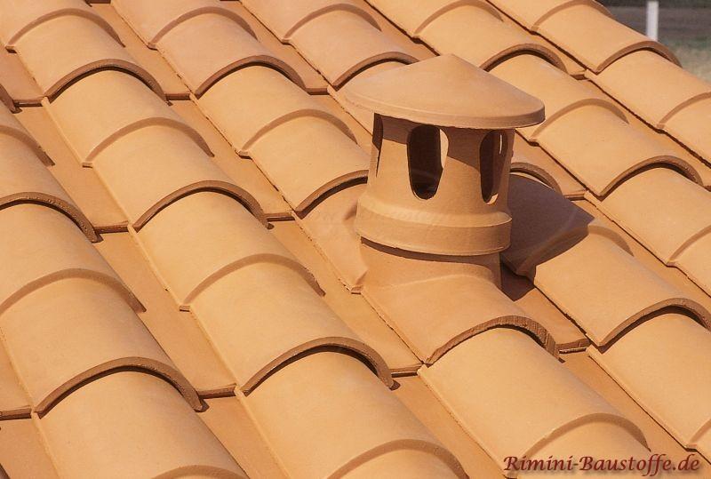Nahaufnahme eines Sanitärlüfters auf einem hellroten Dach