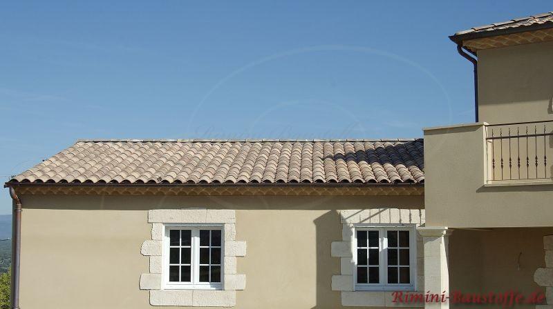 helle Putzfassade mit schönen Fensterschmuck in weißer Steinoptik