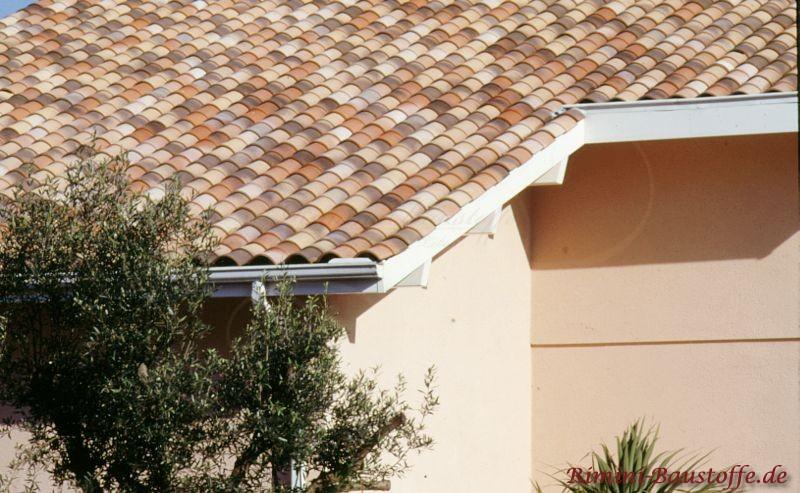 schöne helle Putzfassade mit wunderschönen mediterranen Dachziegeln